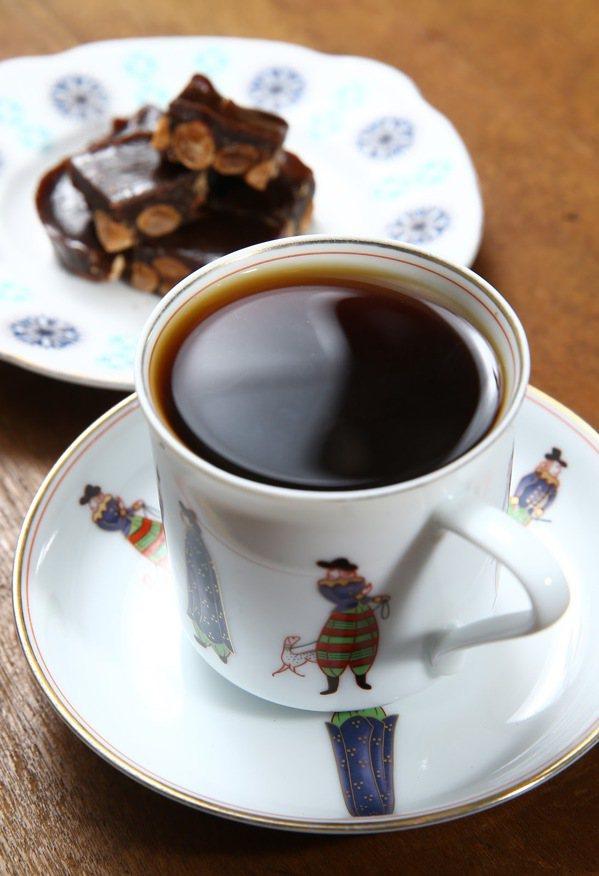 執行168斷食的網友疑惑,禁食期間喝含有咖啡因的飲料會傷胃嗎? 圖/許正宏 攝影