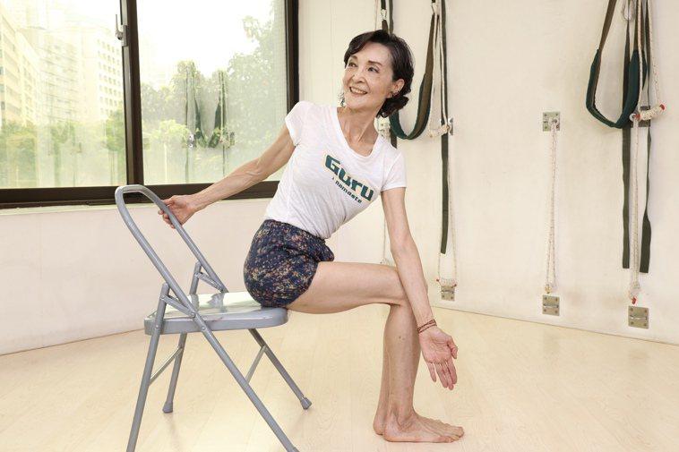 資深藝人陳淑麗示範瑜珈動作套索式。記者林伯東/攝影