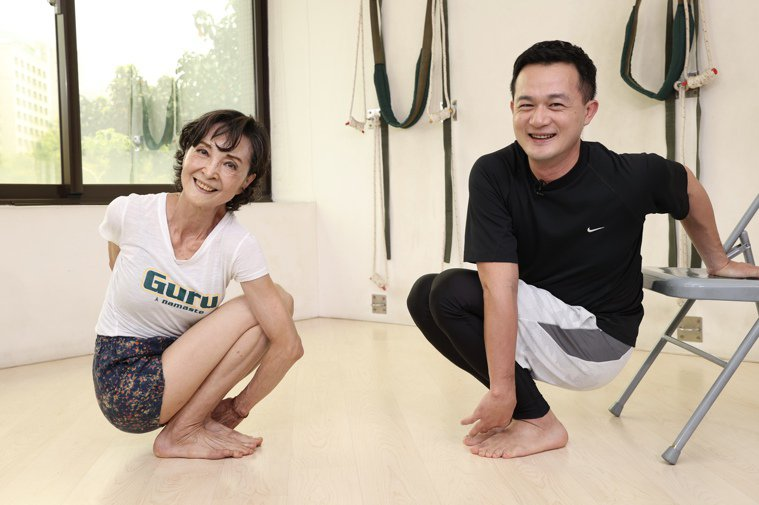 資深藝人陳淑麗示範瑜珈動作套索式完成動作。記者林伯東/攝影