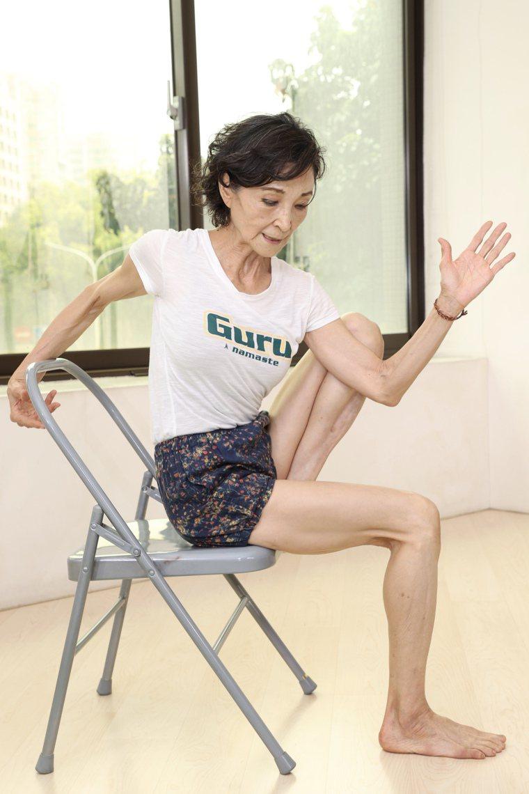 資深藝人陳淑麗示範瑜珈動作瑪里奇式。記者林伯東/攝影