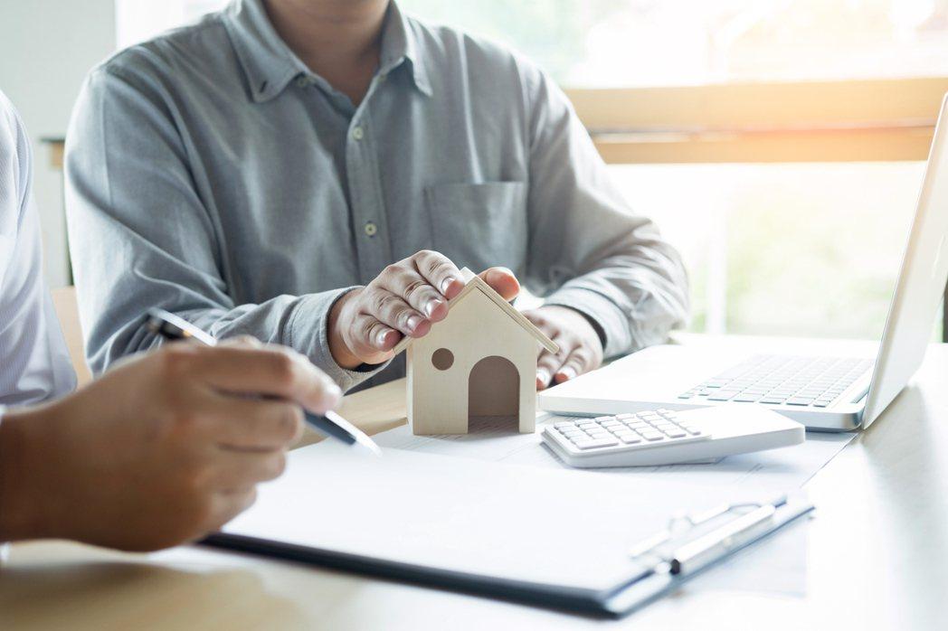 一名網友坦言花了10年時間好不容易省吃儉用存了70萬元,心想要貸款買房以後好養老...