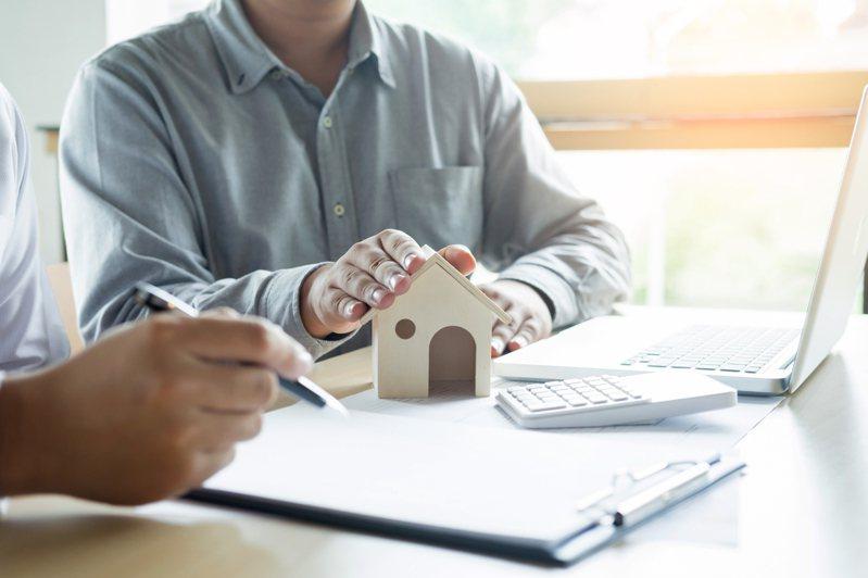 一名網友坦言花了10年時間好不容易省吃儉用存了70萬元,心想要貸款買房以後好養老,豈料美夢卻被網友戳破。示意圖/ingimage