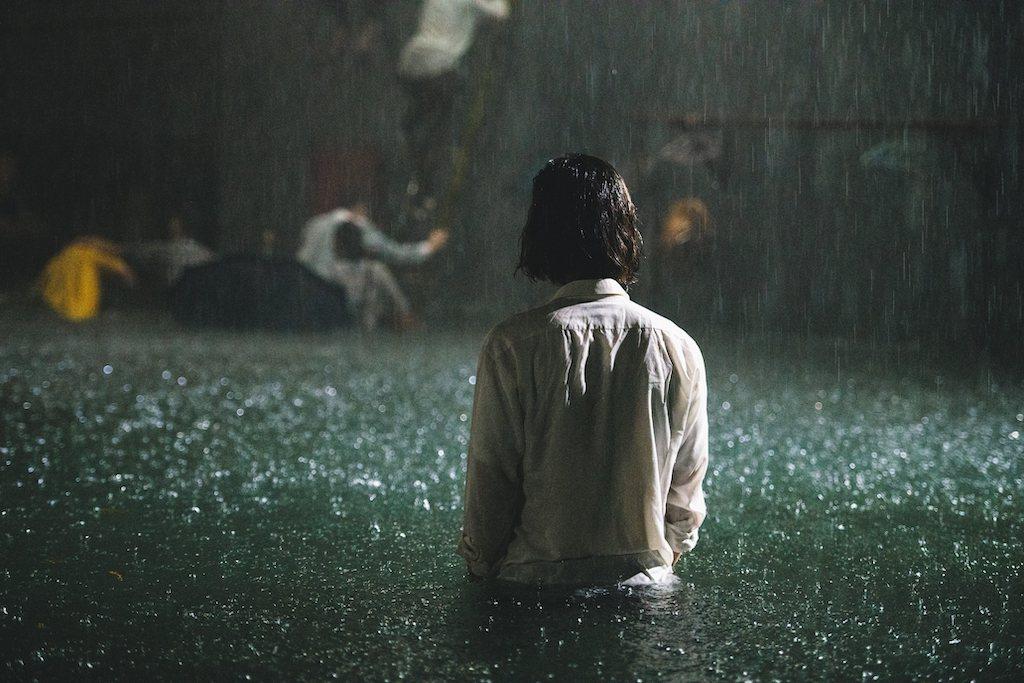 在《削瘦的靈魂》紀錄片當中,七等生作品〈我愛黑眼珠〉也以戲劇影像的方式,呈現小說...