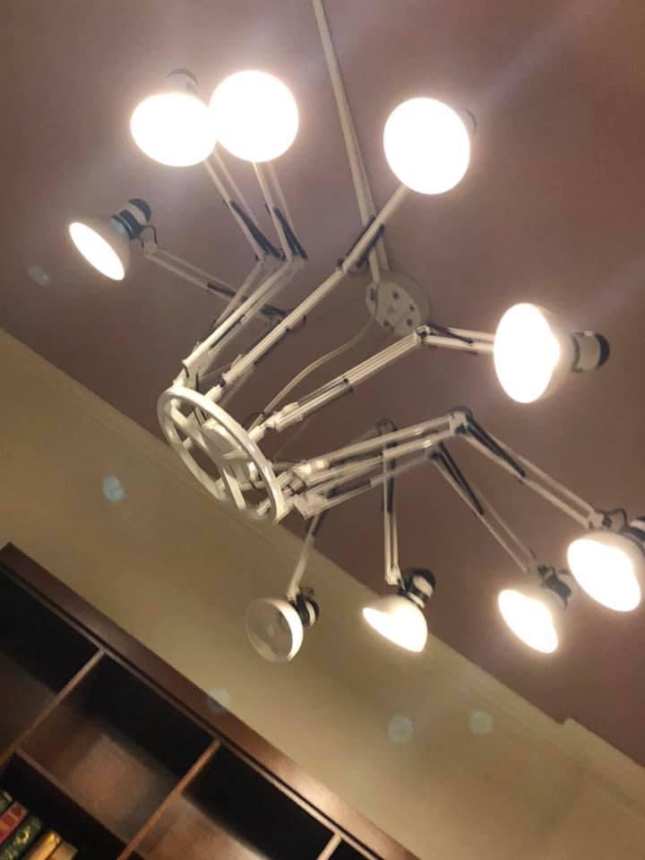 一名網友投宿民宿,沒想到一覺醒來看到天花板的吊燈,讓他誤以為是手術燈,嚇得差點飆髒話。 圖/翻攝自「爆廢公社公開版」