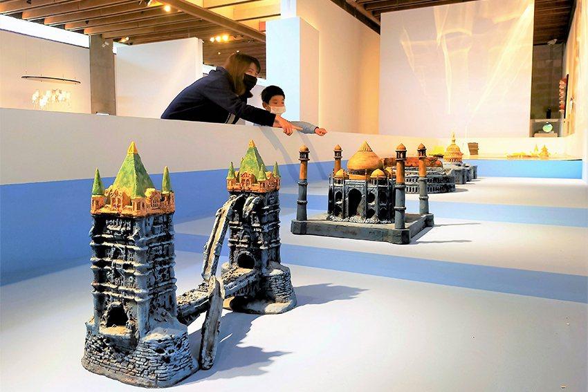 陶藝家周光真的《不是謠言,不是遙言》,一系列世界知名建築的陶藝作品,深受觀眾喜愛...