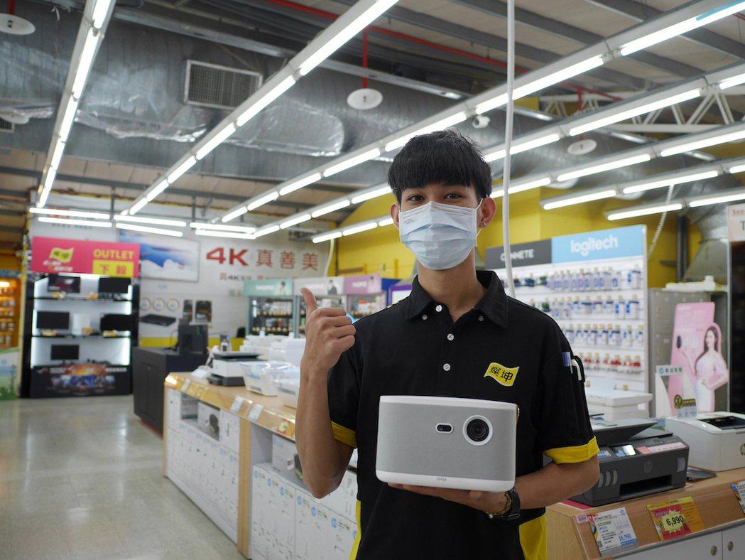 OVO 智慧投影機 K1 再奪燦坤銷售冠軍,帶動通路月銷量成長 300%。 OV...