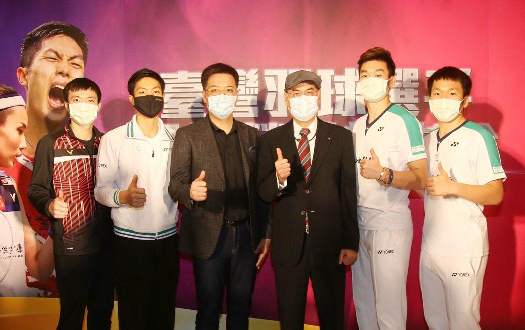 和泰大金空調贈送羽球選手王子維(左一)、周天成(左二)、王齊麟(右二)、李洋(右...