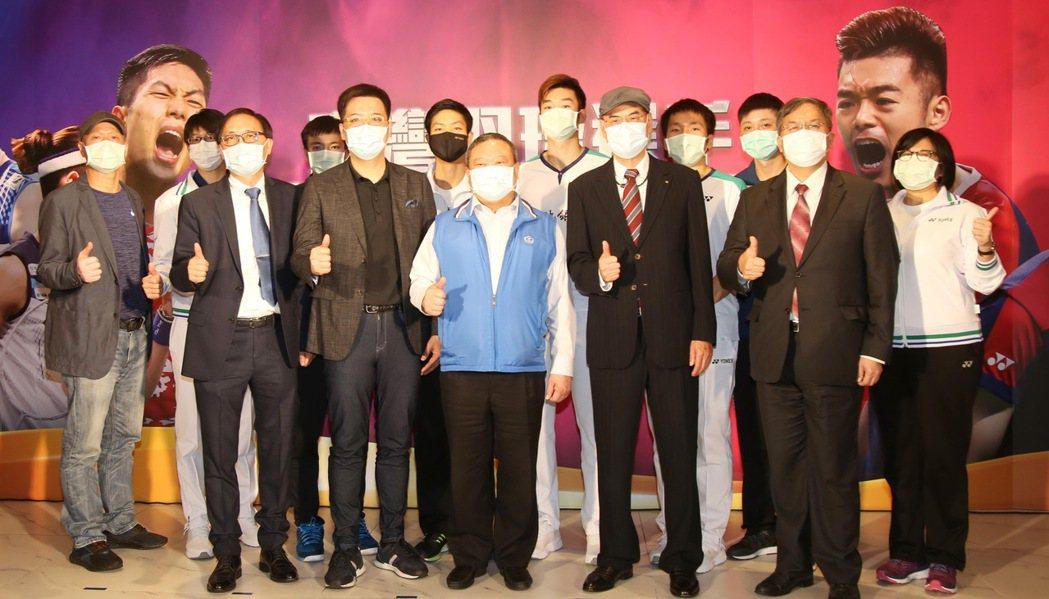 中華羽協為台灣羽球選手舉行凱旋榮歸記者會,和泰大金空調總經理林鴻志(前排右起)、...