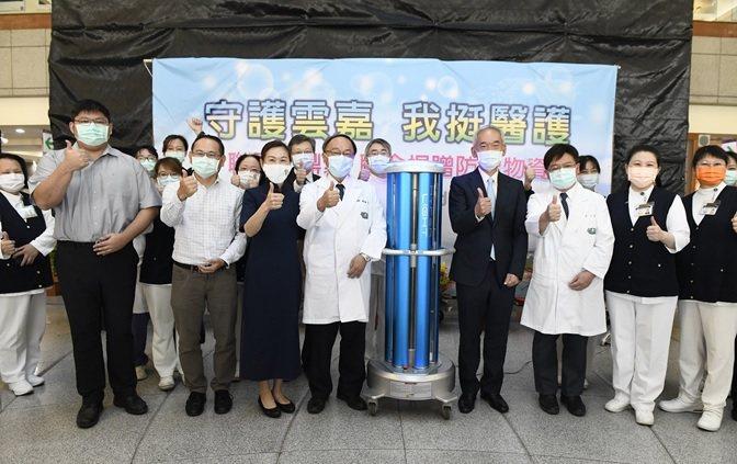 聯華電子與鼎眾聯手,捐贈3台紫外線消毒機器人予大林慈濟醫院。 聯華電子/提供