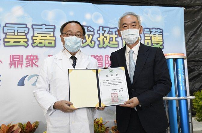 聯華電子由人資長陳進雙(右)代表捐贈紫外線消毒機器人。 聯華電子/提供