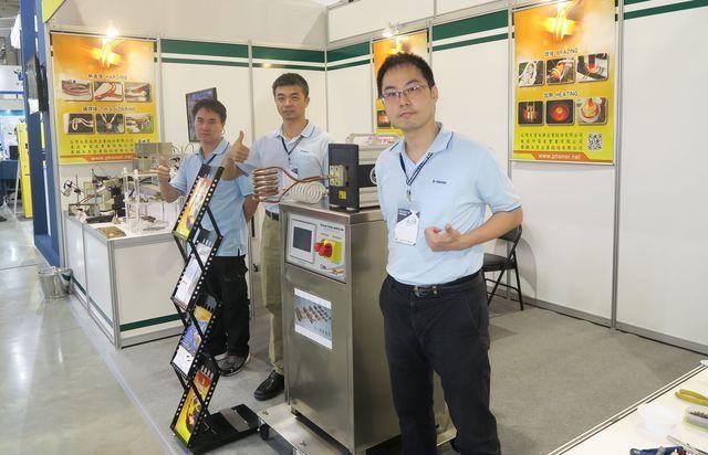 大憲光學企業公司經理蕭崴頤(右一)帶領營運團隊,持續在高頻加熱機領域創造高市占率...