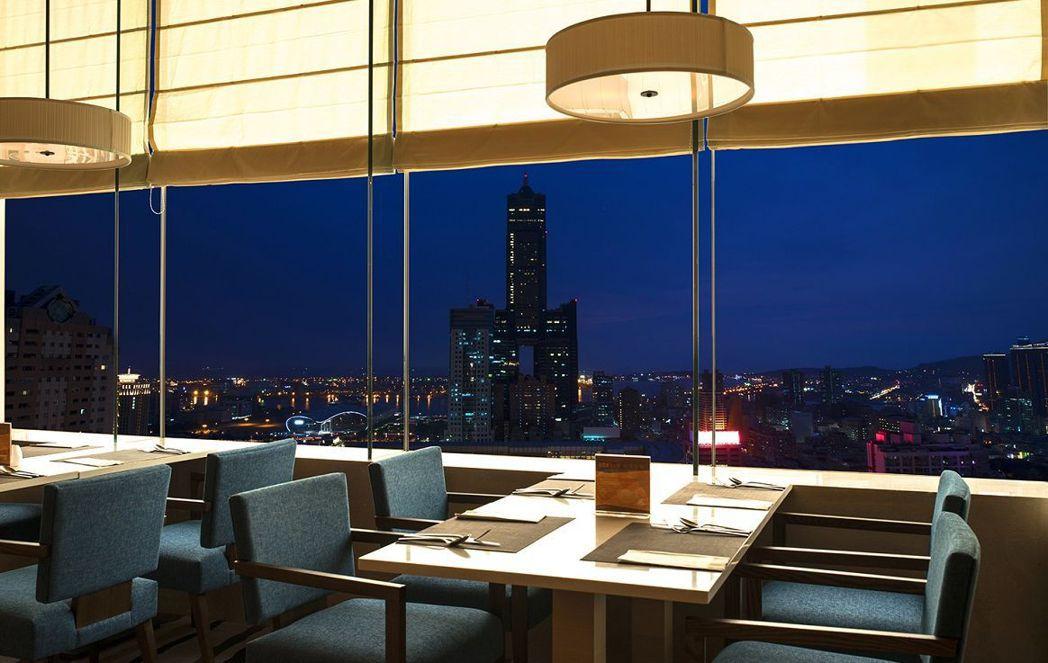 和逸飯店高雄中山館從30樓的Cozzi THE Roof高空餐廳,可眺望市區的無...