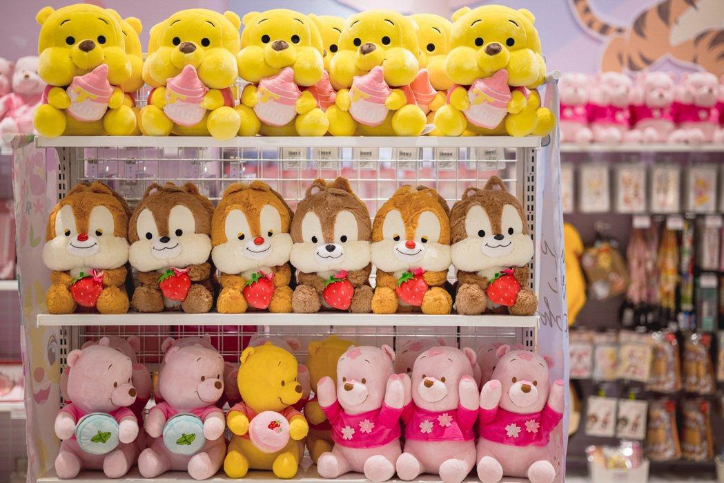 以粉色櫻花森林為主題,小熊維尼、奇奇蒂蒂等可愛萌寵角色換上春季粉嫩色彩,「迪士尼...