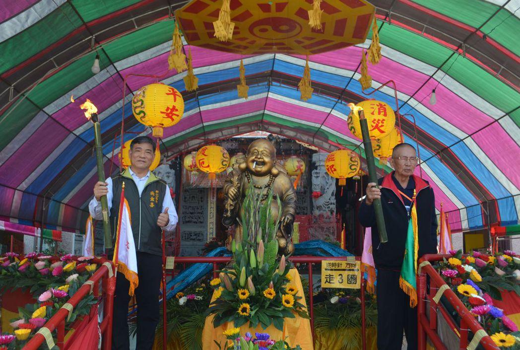 吳金喜區長(左)、許滄淵主委歡迎信眾到朝天宮過平安橋。  陳慧明/攝影