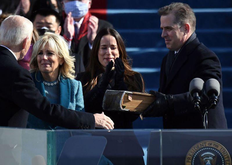 美國總統拜登(左一)次子杭特.拜登(右一)極具爭議的浪子紊亂情史被掀出。圖中左二為第一夫人吉兒.拜登。 法新社