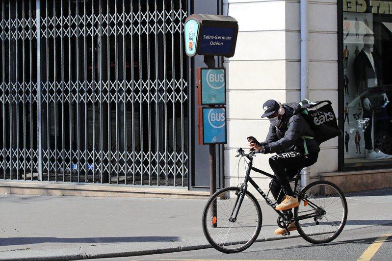 圖為在巴黎的外送員送貨情形。美聯社