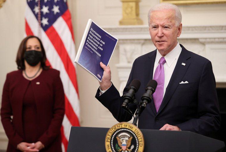 美國總統拜登(右)和副總統賀錦麗(左)。路透