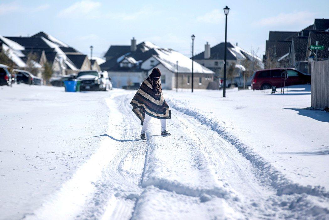 年初,德州發生致命冬季暴風雪導致大規模電力中斷。 路透社
