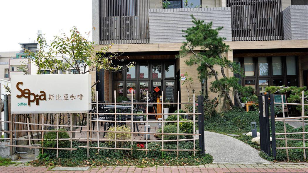 走著文青風格的斯比亞咖啡豐原店,位於豐原大道七段,旁邊就有特約停車場,非常方便。