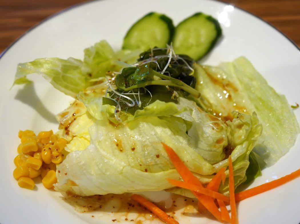 沙拉中都是當季的蔬果,搭配和風醬,清脆、爽口、開胃。