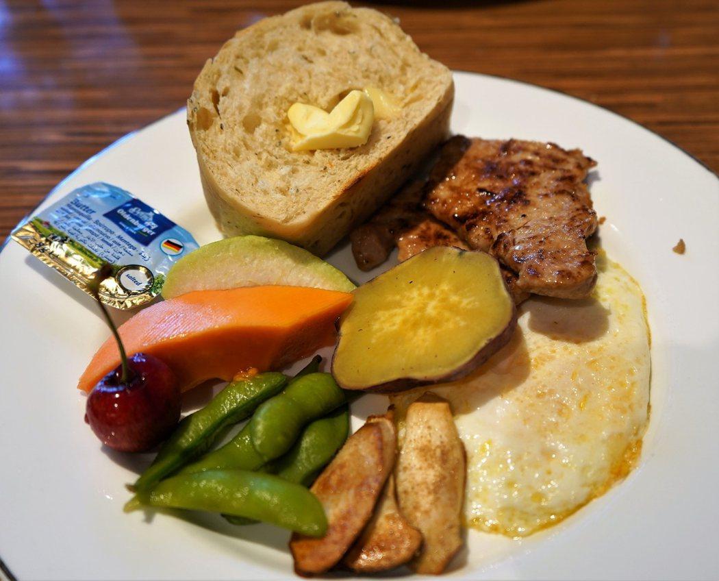 主餐裡醣份來自地瓜、麵包;蛋白質來自煎蒜味小里肌、荷包蛋、少許毛豆;微量元素取自杏鮑菇、木瓜、芭樂、櫻桃,營養豐富。