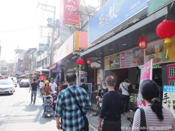 【茶芝飲手作珍珠專賣店-萬巒店】門市位於萬巒豬腳街上,每到假日遊客很多