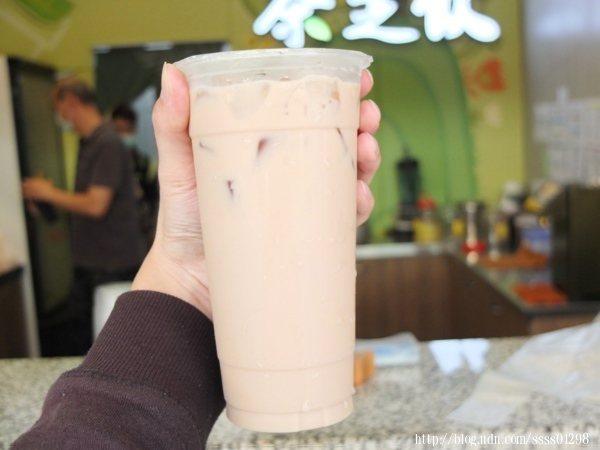 將羊咩咩鮮奶茶搖均勻後再喝,羊奶香氣與茶香融合自然美妙,喝起來好順口