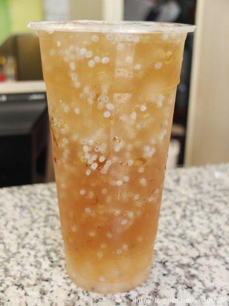 寒天桔香小紫蘇整杯超多料,入口有股酸酸甜甜的清新感,好喜歡這種顆粒口感