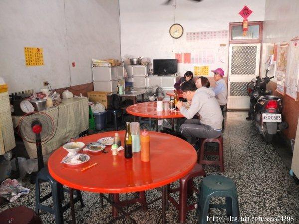 懷舊簡易的小吃店環境,放置三張紅色的大圓桌及一張小方桌,人情味濃厚