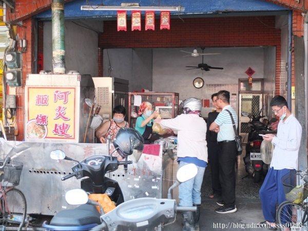 當天中午用餐時間,「阿炎嫂粄條」的客人沒停過,攤位前外帶的客人很多
