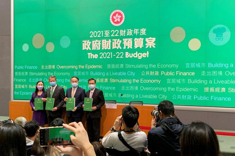 港府財政司司長陳茂波(左二)昨提出新的財政預算案,首列國安開支八十億港元,並調高股票印花稅,引發港股暴跌。(路透)