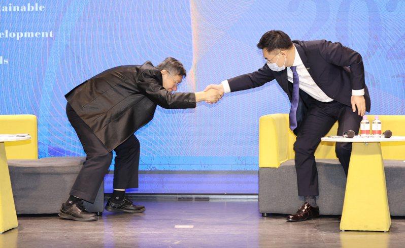 國民黨主席江啟臣(右)和民眾黨主席柯文哲(左)昨天出席國民黨論壇,兩人座位相隔約兩公尺,連握手都有一段距離,象徵「藍白合作」的難度。記者曾學仁/攝影