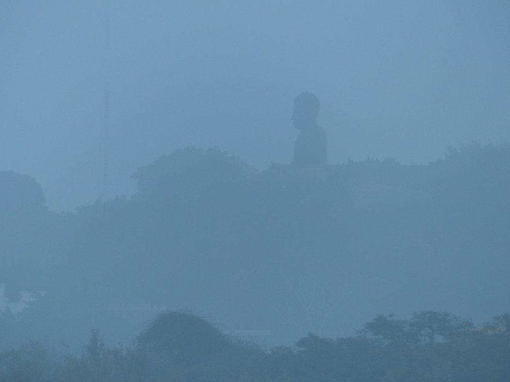 因擴散條件不良,台灣西半部空氣品質不佳,彰化知名地標八卦山大佛今天清晨籠罩在霧霾...