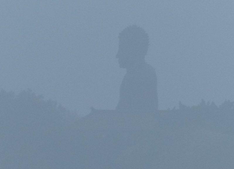 因擴散條件不良,台灣西半部空氣品質不佳,彰化知名地標八卦山大佛今天清晨籠罩在霧霾之中。記者劉明岩/攝影
