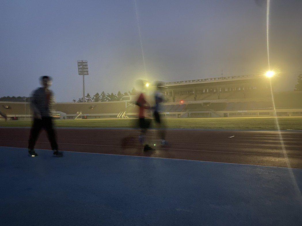 因擴散條件不良,台灣西半部空氣品質不佳,但彰化縣立體育場今天清晨仍有不少民眾晨跑...