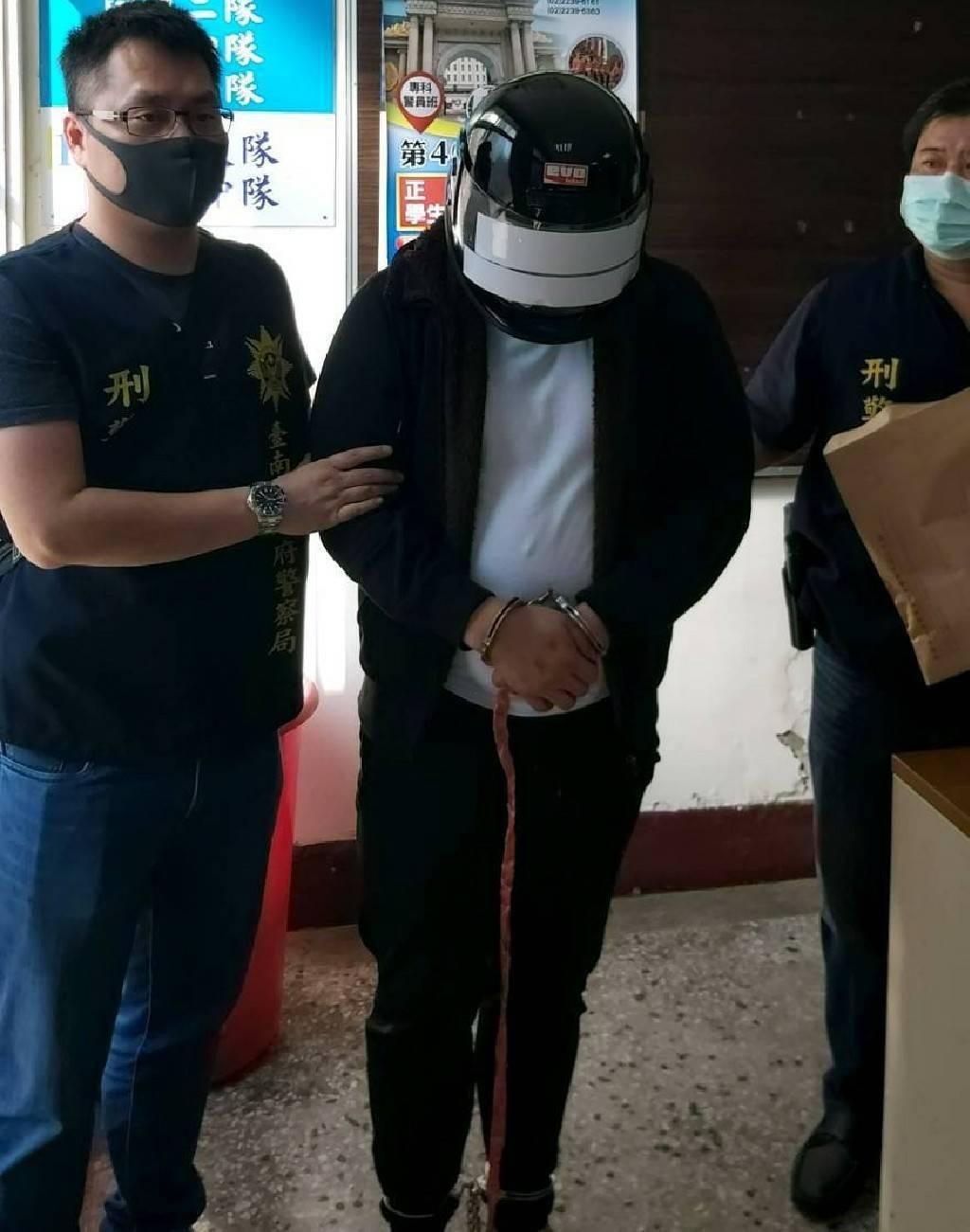 台南安平兩凶殺案,唯一在逃的徐姓男子上午6時多向警方投案。記者邵心杰/翻攝