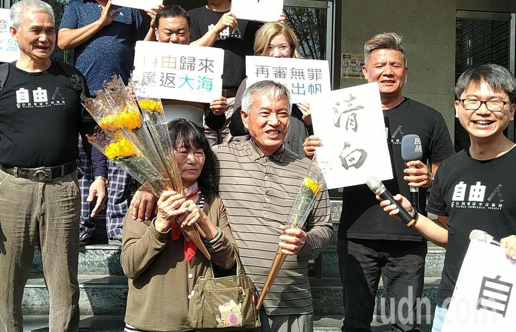 陳火盛(中)獲判無罪,開心抱著為他獻花的妻子。記者林保光/攝影