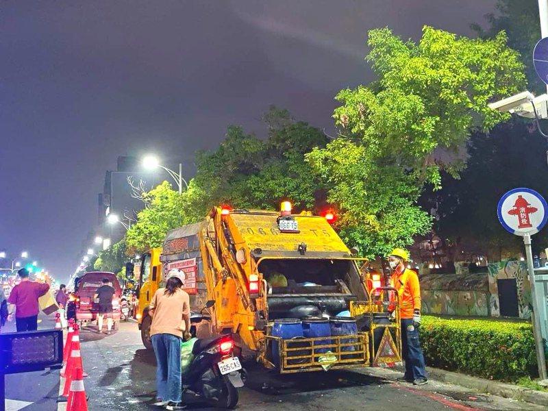 嘉義市府長期在文化、垂楊路口設夜間定點垃圾清運。記者卜敏正/翻攝