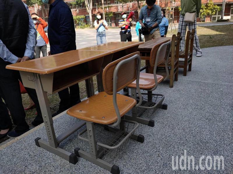 台中市太平區坪林國小的新課桌椅(左)可以調整高度,椅下還有置物欄,比舊的課桌椅美觀且實用。記者黃寅/攝影