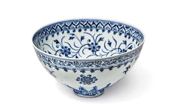 青花瓷碗上畫有精細的蓮花、牡丹、菊花和石榴花,於明成祖時期打造,當時獨特的瓷器技術為人著稱,其類似蓮花蕾的外觀更被稱為「蓮花碗」。圖/Courtesy Sotheby's