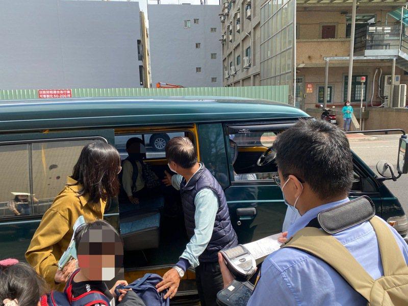 新竹區監理所實施擴大聯合稽查,昨天在竹北就查獲3件安親班接送車輛違規。圖/新竹區監理所提供
