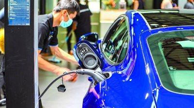 上海市發改委副主任裘文進25日表示,上海繼續落實新能源汽車專用牌照額度總量不設限...