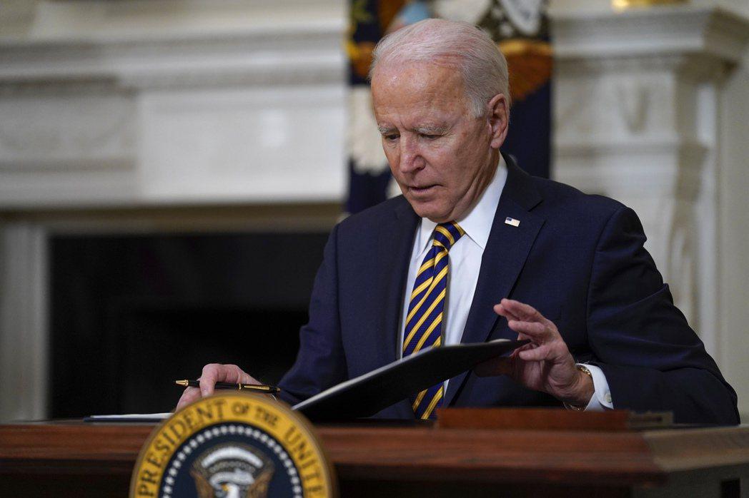 美國總統拜登表示,將提供370億美元資金以擴大美國晶片製造。美聯社