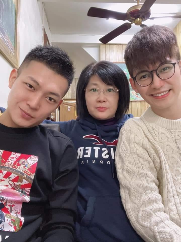 鳳梨(左起)和媽媽跟弟弟合照。圖/摘自臉書