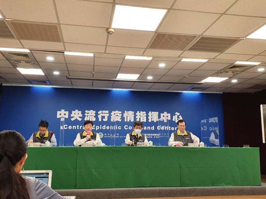 中央流行疫情指揮中心2月25日14:00記者會出席人員,由左到右中央流行疫情指揮...
