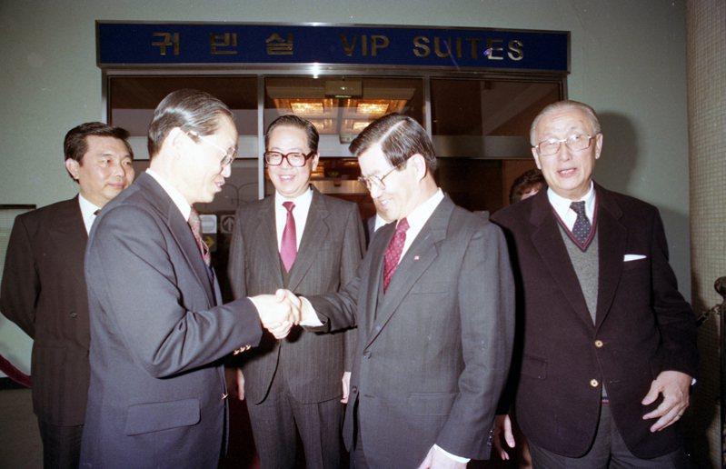南韓外交部次長兼1991年亞太經合會大會秘書長李時榮(前左一),在漢城金浦機場接待由蕭萬長率領的代表團。圖/聯合報系資料照片