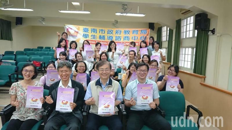 台南市政府調高學校社工、心理師薪點,每月約增兩千元。記者鄭惠仁/攝影