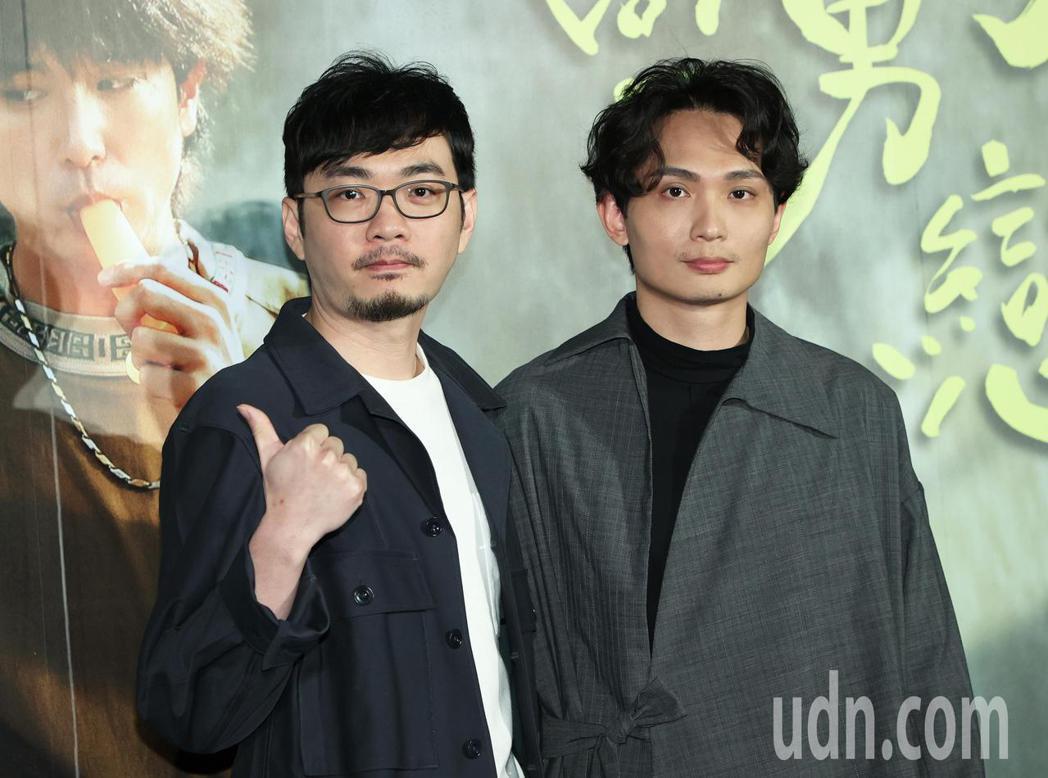 《當男人戀愛時》導演殷振豪(右)與監製程偉豪(左)今天出席記者會。記者潘俊宏/攝...