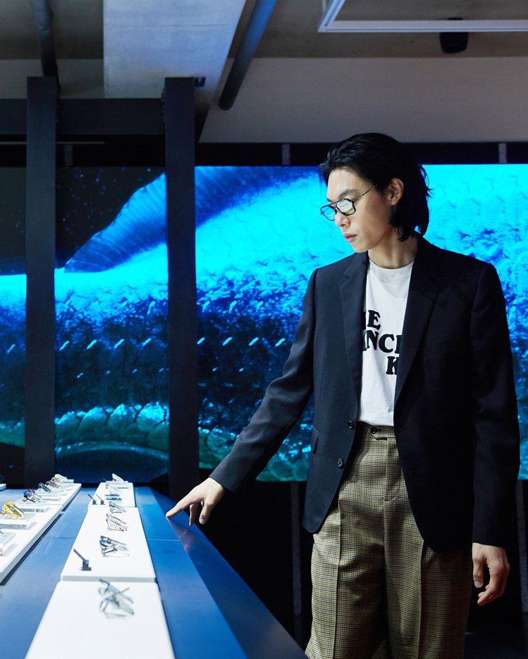 男星柳俊烈朝聖眼鏡品牌Gentle Monster位於南韓的HAUS DOSAN...