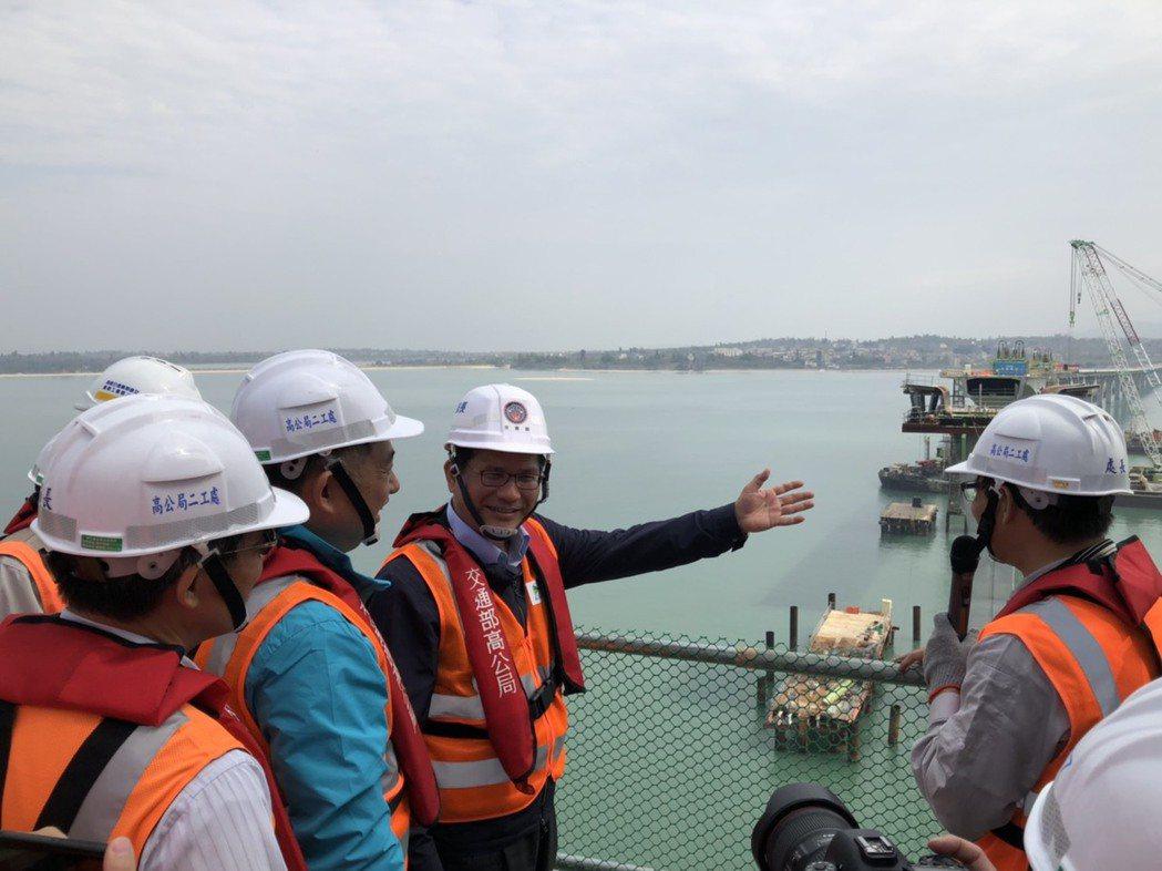 交通部長林佳龍今天登上金門大橋的邊橋橋墩俯瞰整個工程,肯定大橋真的是「一眠大一寸...
